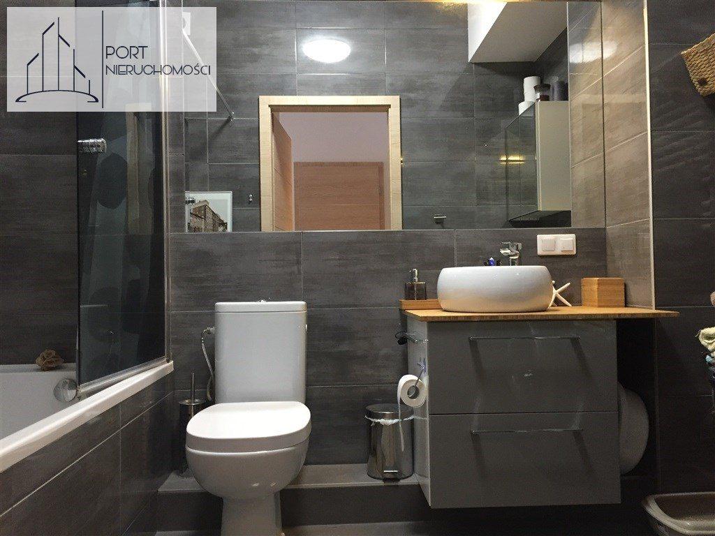 Łódź Bałuty, Apartament z 2016 roku. Widok na wc.