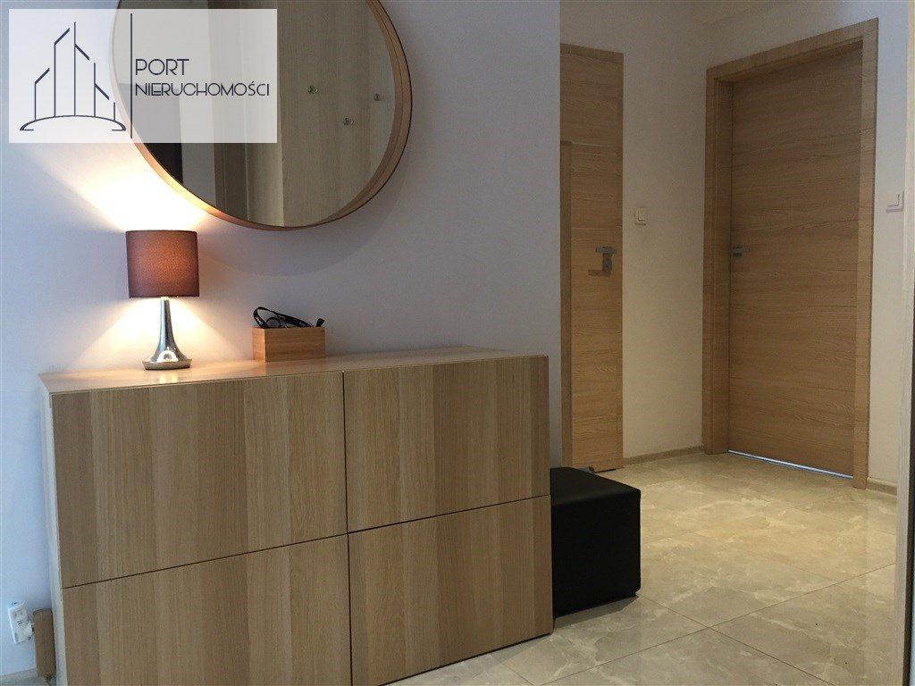 Łódź Bałuty, Apartament z 2016 roku. Widok na korytarz i wejście do salonu.