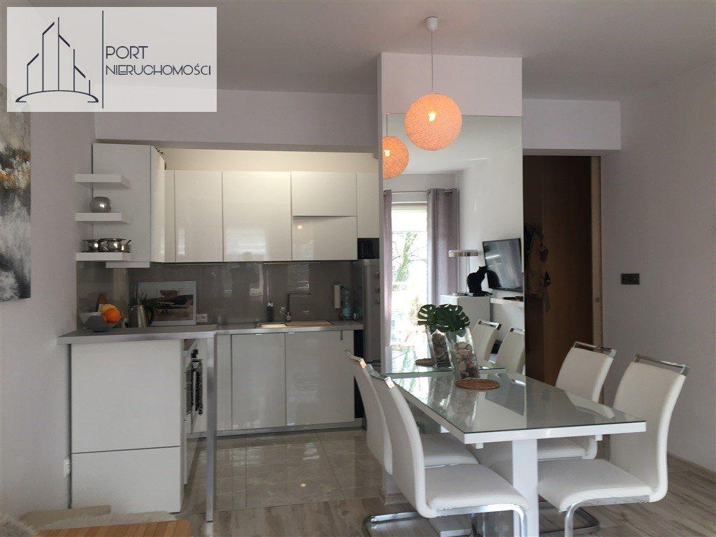 Łódź Bałuty, Apartament z 2016 roku. Widok na jadalnię i kuchnię.