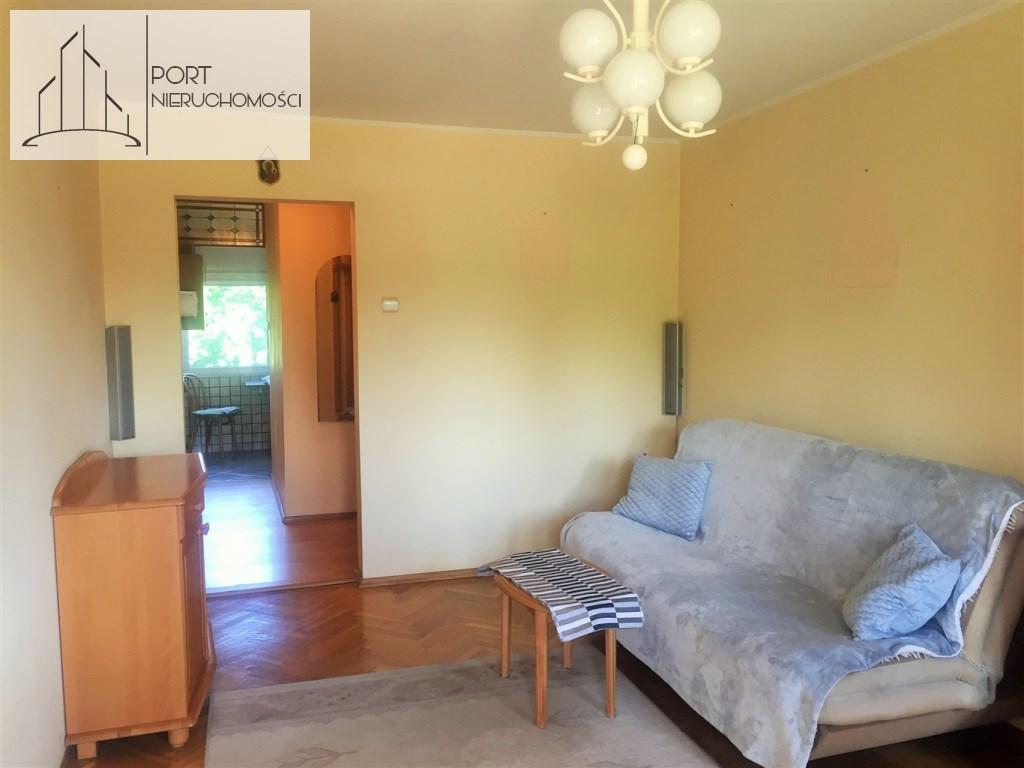 lodz-zubardz-mieszkanie-trzy-pokoje-port-nieruchomosci-salon widok-na-kuchnie